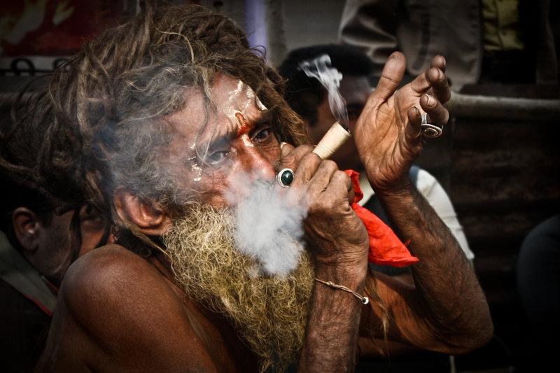 Sadhu fumando en chillum