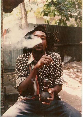 Rastafari fumando en Chalice
