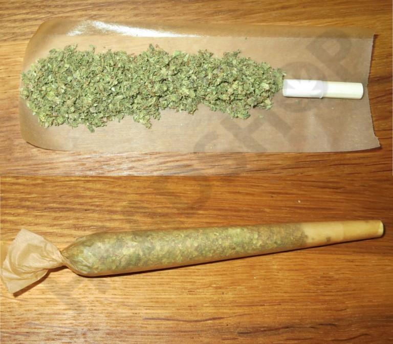 Canuto de cannabis hecho con papel Greengo (rollo slim)